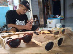 Pengrajin Kacamata Kayu