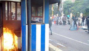 Aksi May Day, Massa Bentrok dengan Warga dan Bakar Pos Polisi