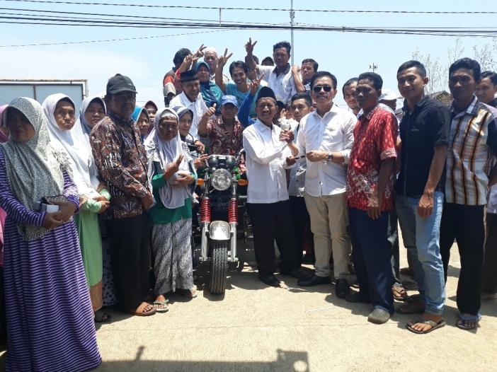 Supaya Desa Bersih, Anggota DPR RI Ini Serahkan Motor Angkut Sampah