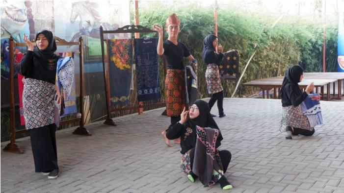 Cross Culture Warnai Farewell Ceremony