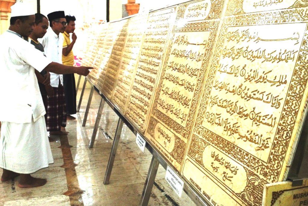 Alquran Berbahan Marmer Dipajang di Masjid Al Muhtarom