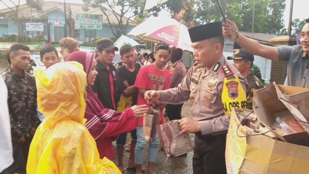 Polisi TNI Bagikan Ratusan Takjil