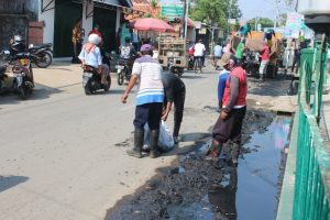 Antisipasi Banjir, DPUPR Bersama Warga Bersihkan Got